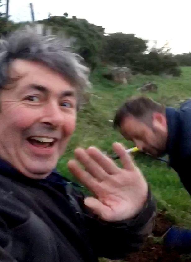 北爱尔兰两男子田野中挖到84枚古金币 价值超10万英镑