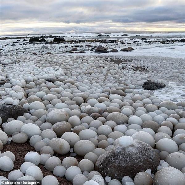 """芬兰海滩出现奇景:数千颗稀有""""冰蛋""""涌现"""