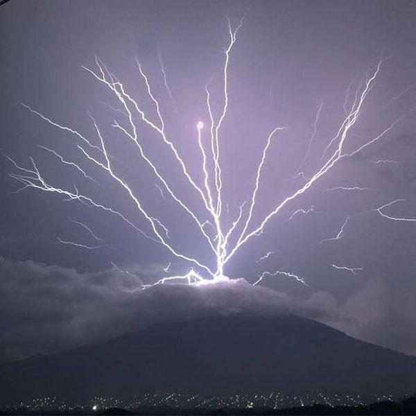 危地马拉一火山上爆发向上闪电 画面令人叹为观止