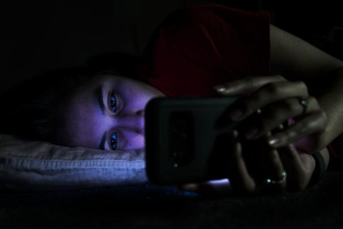 爱玩手机不是罪:晚上短时间玩手机可能更易入睡